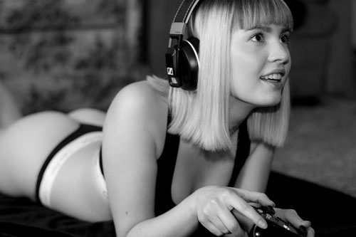 Mujer gamer con auriculares