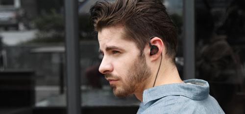 Hombre con auriculares KZ
