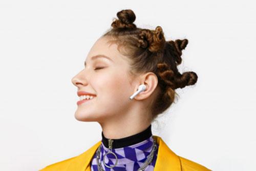 Chica con Huawei FreeBuds 3i